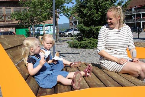 TRIVES: Tvillingene Marte og Vilma på to og et halvt år og mamma Hege Lodvir fra Skedsmokorset tilbringer sommerne på Bjerkøya og trives godt når de besøker Sande sentrum.