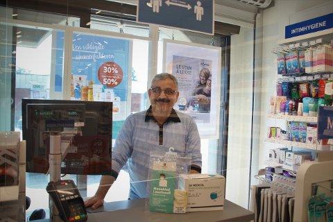 FRISKERE: Masoud Mousavi, eier og apoteker i Apotek 1, merker at færre sandesokninger er forkjølet i år enn i fjor.