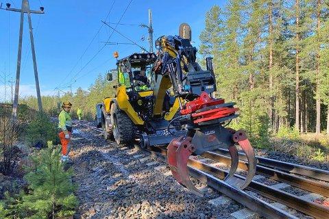 Utskifting av eldre skinner er noe av det som skal gjøres til helga. Her fra en tidligere jobb på Sørlandsbanen.
