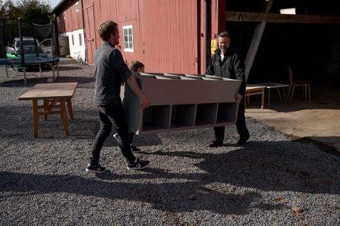 FERDIG HYLLE: Her bæres hyllen som Eivind Stoud Platou lagde på oppfordring fra NRK.