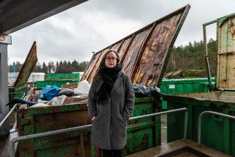 BYTTER OPERATØR: Kaia Ross Lind i Vesar forklarer at Lersbrygga gjenvinningsstasjon må holde stengt noen dager som følge av operatørbytte.
