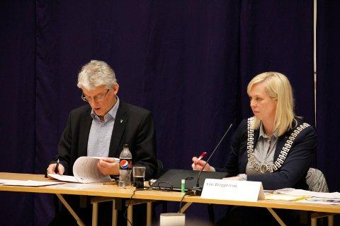 AVTALE: Ordfører Elin Gran Weggesrud og daværende Sande-rådmann Olav Grande ble i 2016 enige om arbeidsavtalen som skulle gjelde fra kommunesammenslåingen med Holmestrand 1. januar 2020.