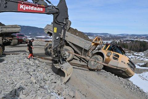 DRAMATISK: Mens hjelpen var på vei, ble sjåføren sittende inne i dumperen med foten på bremsen, for at ikke hele maskinen skulle rase ned en ti meter lang skråning.