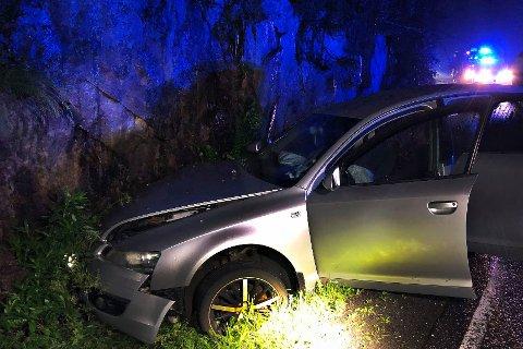 TRØKK: Bilen fikk seg en trøkk da den traff fjellveggen ved fylkesvei 319 Hanekleiva.
