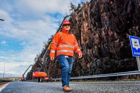 FERDIG HER, MEN SÅ...: Tore Jan Hansen i Statens vegvesen sier han fått vondt i magen av de lange køene forbi Holmenåsen. I dag er de ferdige her, men etter sommerferien kan det bli mer magevondt som følge av arbeidet andre steder på E18.