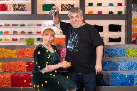 PÅ TV: Sandesokning Merete Nilssen (48) kjemper på lag med Lasse Nymoen (45) for å vinne førstepremien i første sesong av Lego Masters på TV2.