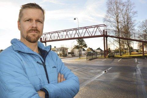 Jobber for sikrere skolevei: FAU-leder ved Haukerød skole, Tommy Stokke Viken vil redusere farten ytterligere på Raveien som går forbi barneskolen.