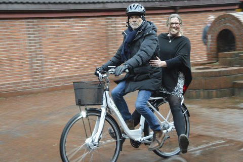 I full fart: Med elsykkel skal blant annet PP-rådgiverne Gunnar Vege og Ann Kathleen Hansen komme til og fra sentrumsnære skoler og barnehager. Poenget er dog at én bruker sykkelen av gangen.