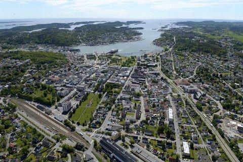 Muligheter: Sandefjord fikk ikke bystatus før i 1845, men er på under 200 år blitt fylkets mest folkerike kommune. Til tross for manglende bokstaver i Badeparken, er det fortsatt lov å tenke stort og nytt her.  Flyfoto: Olaf Akselsen