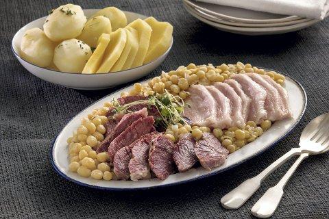 DU TRENGER: Salt storfekjøtt, lettsaltet sideflesk, gulrot, løk, purre, sukker, gule erter, frisk timian, potet, kålrot, salt og pepper. Foto: MatPrat