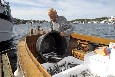 Nyinnkjøpt: Helge Werner Walle (84) har kjøpt seg en 40 år gammel trebåt. Her  er han ved brygga i Sandefjord.                                                                                       Foto: Per Langevei