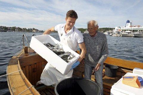 Ola Dreng Feen hos fiskehandler Berggren er veldig fornøyd med fangstene til Helge Werner Walle.