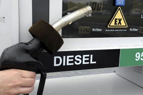 Satte ned prisen: Båtfolket kan nå fylle diesel for 11,90 per liter i Hesteskoen. For to uker siden var prisen 13,40. Foto: Per Langevei