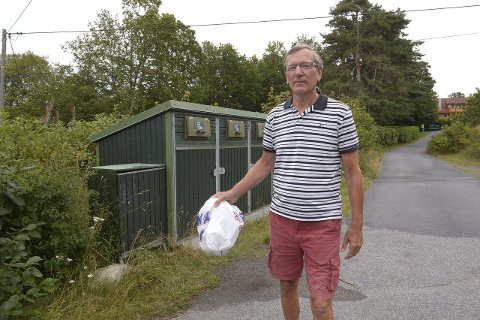 Savner beholder for plast: Hyttegjest i Sandefjord, Kåre Eie, ønsker enklere muligheter for å levere plast til gjenvinning. For å kvitte seg med plastposen drar han til Kastet gjenvinningsstasjon. Foto: Olaf Akselsen