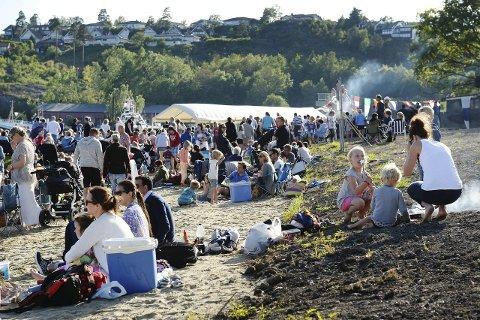 Sankthanskos: Sol, sommer og kveldsmat i det fri. Emilie Fresti Fagerbakke (8) fra Stokke toppet måltidet med en nygrillet marshmallows.