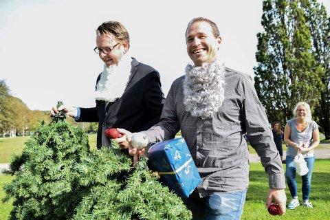 Hotelldirektør Thomas Ødegård og Ivo DaCapos Espen Rolstad er tidlig ute med juleforberedelsene. I bakgrunn en lattermidl Trine Lise Aadne.