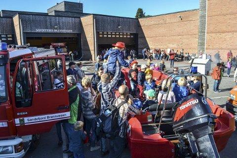 AVLYST: «Åpen dag» på brannstasjonen pleier å være et godt besøkt arrangement. I år er det imidlertid avlyst. Dette bildet er fra noen år tilbake, da bortimot 1.500 personer besøkte brannstasjonen i Sandefjord.