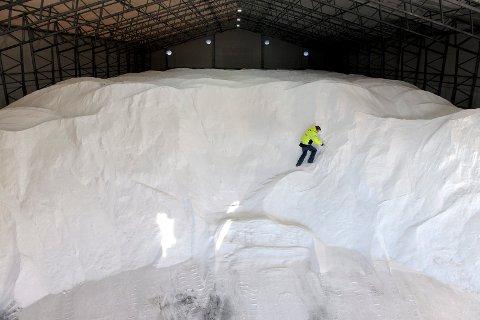 14.000 tonn med salt skal ut på veinettet i Vestfold. Til tross for tørt vintervær, velger veivesenet å salte veiene for bedre trafikksikkerhet.