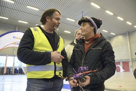 VINNER: Kjetil Andreassen fra Sandefjord ble første vinner av skandinavisk mesterskap i droneflyvning. Her får han den overraskende beskjeden fra arrangør Stig Førrisdal.