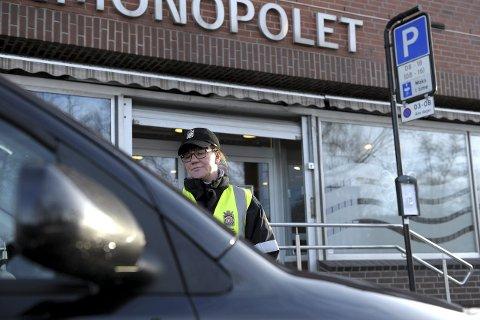 Kontrollerer bilene: Hege-Karin M. Ødegård er én av seks trafikkbetjenter som patruljerer i Sandefjord kommune i 2016.