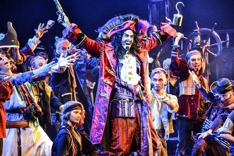 MUSIKALJUBEL: Robin Horsgaard Larsen i Kaptein Krok-rollen og resten av ensemblet kan glede seg over publikumssuksess for den store «Peter Pan»-oppsetningen i Hjertnes kulturhus.