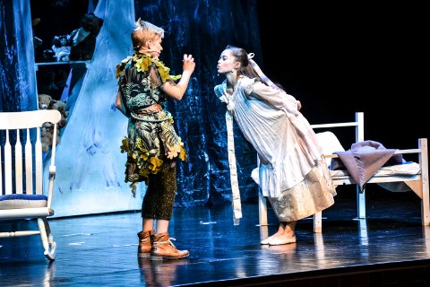 FYLTE HJERTNES: Sondre Stensland-Larsen som Peter Pan og Victoria Therese Verdu som Wendy i teaterforeningens storoppsetning i høst.