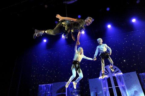 Flyr: Thore og Emma Helen Wahl Thomassen  flyr sammen med Sondre Stensland-Larsen som Peter Pan.Foto:Per Langevei