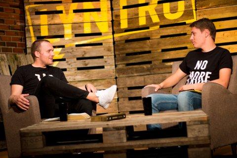 """SPENT: Remi Kleppan (t.h.) er programleder i nett-TV-serien """"Lyntro"""". Her intervjuer han Ingar Hedberg."""