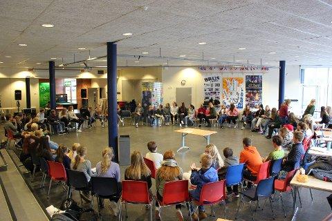 Årets ensemble på 75 elever samlet ved Ranvik for årets første øvelse.