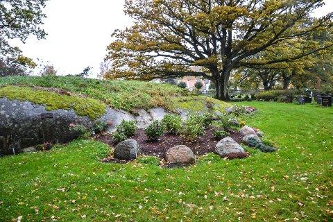 GRAVPLASS: Steinrabben i Orelund der eika sto fram til 2015, er blitt gravplass.