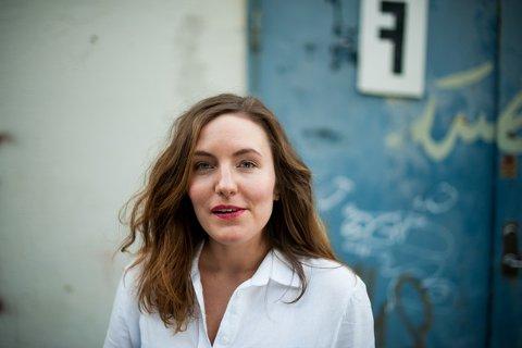 PÅ HJEMMEBANE: Julie Støp Husby har konsert på Draaben bar onsdag. Der gir hun de klassiske låtene til Jon i Mitchell og Jan Eggum ny, musikalsk drakt.