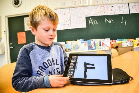 OGSÅ SKRIVE: Benjamin Bjørnsen Vehus kan også skrive for hånd på nettbrettet. I dag har de kommet til bokstaven F.