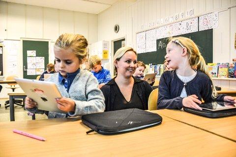 NETTBRETT: Elevene Isabella Krogstad Jensen (t.v.) og Viktoria Jakobsen ved Framnes skole synes det er kjempegøy å lære alfabetet med nettbrett. I midten lærer Elin Riber.
