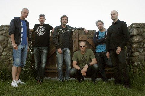INNTAR BRYGGA: Sandefjordbandet Take Cover har spesialisert seg på klasiske rocke-hits fra flere tiår. (Pressefoto)