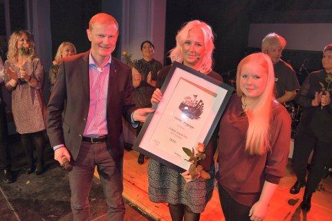 FJORÅRETS VINNER:  I fjor var det Stokkes revygruppe som fikk kommunens kulturpris. I år deles den ut for siste gang. Her med Stokkes avtroppende ordfører, Erlend Larsen.