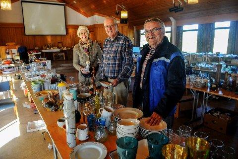 Ragnar Degnes gleder seg til markedsdagene. Her er han fotograferti avdelingen for nips og pjus. Bak ses Gunell og Tore Stokke fra dugnadsgjengen.