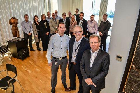 NYE KREFTER: Administrerende direktør Otto Søberg (foran, t.h.) har sin siste dag i Wood Group Mustang på Fokserød 1. desember. Da tar direktør Lars Fredrik Bakke (foran, t.v.) over stafettpinnen.