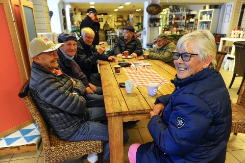 SMILER: Pensjonistene fra Andebu er negative til kommunesammenslåingen, men smiler likevel. Fra venstre sitter: Dag Kristiansen, Alf Myrvollen, Kai Michelsen, Olav Sommerstad, Thor Dahl og Elin Kristiansen.