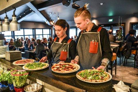 PIZZA: Pizza fra vedfyrt ovn er det Pir 4 satser på. Frida Helgesson er restaurantsjef. Til høyre står Mathias Asperheim.