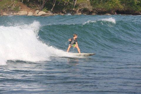 SURFEPARADIS: I Sandefjord var Isak (12) fotballfrelst. På Sri Lanka har han blitt surfer.