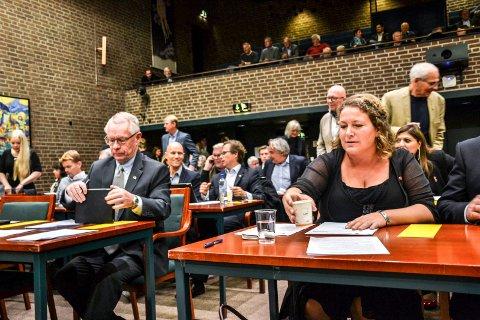 PING PONG I MAILBOKS: Tor Steinar Mathiassen (H) og Hilde Hoff Håkonsen (Ap), her fra konstituerende kommunestyremøte 19. oktober.