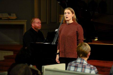 """Sara Elisabeth Sørensen fremførte """"Det syng"""" fra Griegs """"Haugtussa"""" og sangen """"Det er vackrast når det skymmer"""" akkompagnert av Svein Rustad på orgel."""
