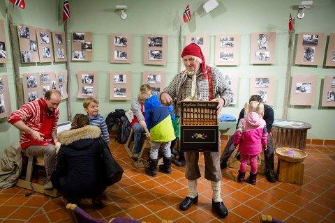 KJENTE JULESANGER: Ole Vestergaard kommer til å spille julesanger på lirekassen når han underholder publikum ved Spinn Sykkelshop fredag ettermiddag.