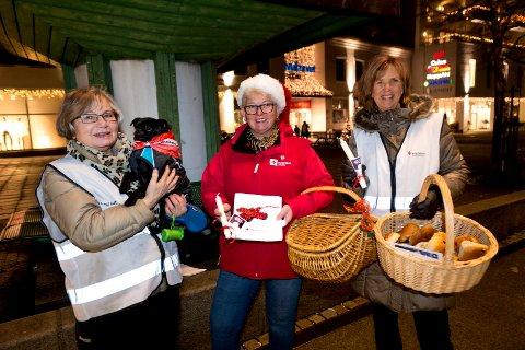 Røde Kors. f.v: Besøksvennene Inger Andersen med hunden Leo, Lilly Guldbrandsen og leder for lokalråd OMSORG i Sandefjord Røde Kors Else-Gro Andersen.