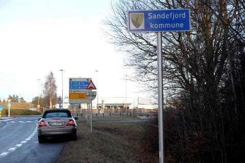 SKOLMAR: Fredag skulle alle de 16 nye grenseskiltene til nye Sandefjord kommune være på plass. Dette skiltet står på Skolmar.