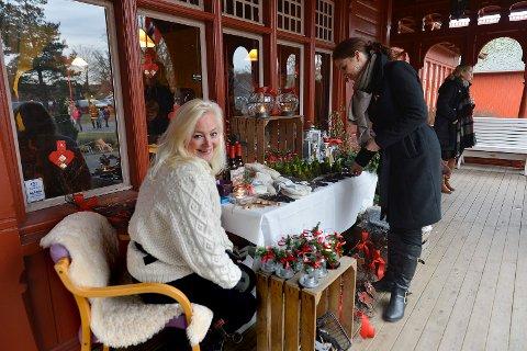 """Kurbadets Julemarked. Marit Jørgensen fra butikken """"Fru Jørgensen"""" pyntet opp utvendig og hadde stand inne."""