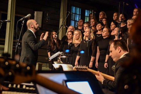 SYNGER UT: Koret BEAT og dirigent Chris Johnson er blant de mange lokale aktørene som skal synge jula inn. Det gjør de med en alternativ julekonsert med høytidens favoritter presentert på Beats utradisjonelle og energiske vis. Her er de fotografert under «Lys i mørke» i Sandar kirke i fjor.