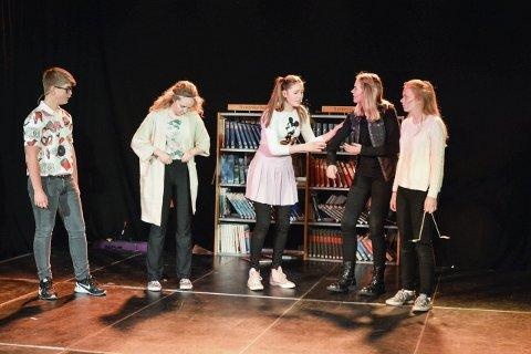 Hovedroller: William Levin (15, f.v.), Dina Aspeland (15), Elvira Selnes Solberg (15), Madeleine Øvretveit (15) og Maria Berget (14).
