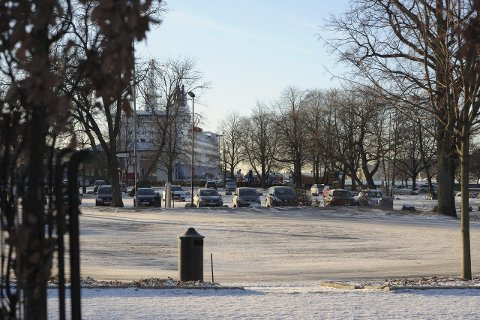 Nærmere:  Mange ønsker å knytte by og sjø mer sammen. Nærmest ser vi tivolitomta og bak ferja og sjøen Foto:Per Langevei