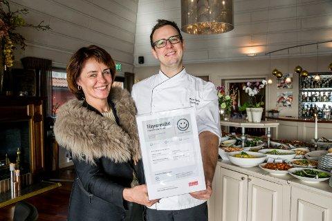 FORNØYDE: Hotelldirektør Lilly Skow Røed reagerte raskt da Mattilsynet ikke var fornøyd. – På fem dager, og med helg i mellom, klarte vi å få smilefjeset på plass, sier hun. Til høyre står food & beverage-manager Peter Nordberg.